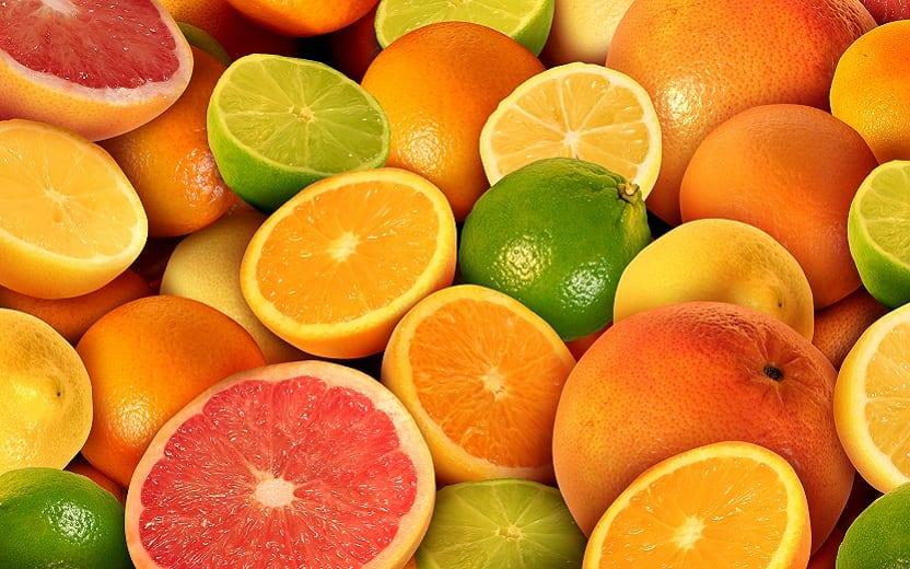 A foto mostra laranjas, limões e toranjas. frutas cítricas indicadas para a alimentação na terceira idade