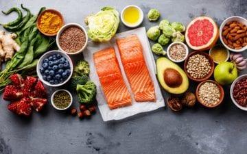 Diversos alimentos dispostos sobre uma plataforma. Alguns deles criam dúvidas populares da nutrição