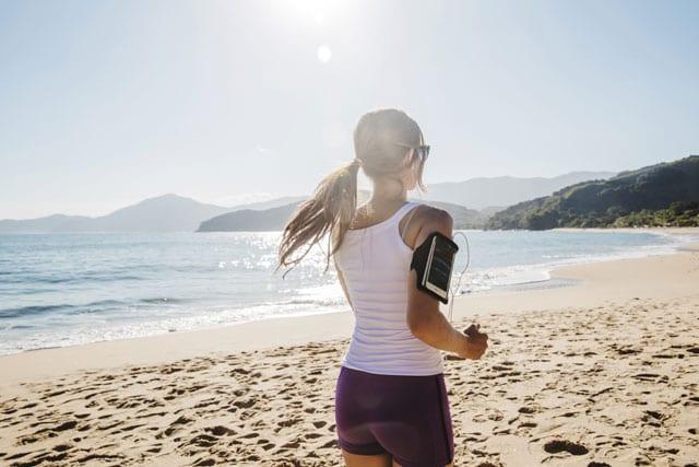 Vai para a praia nas férias? Confira um treino para fazer na areia