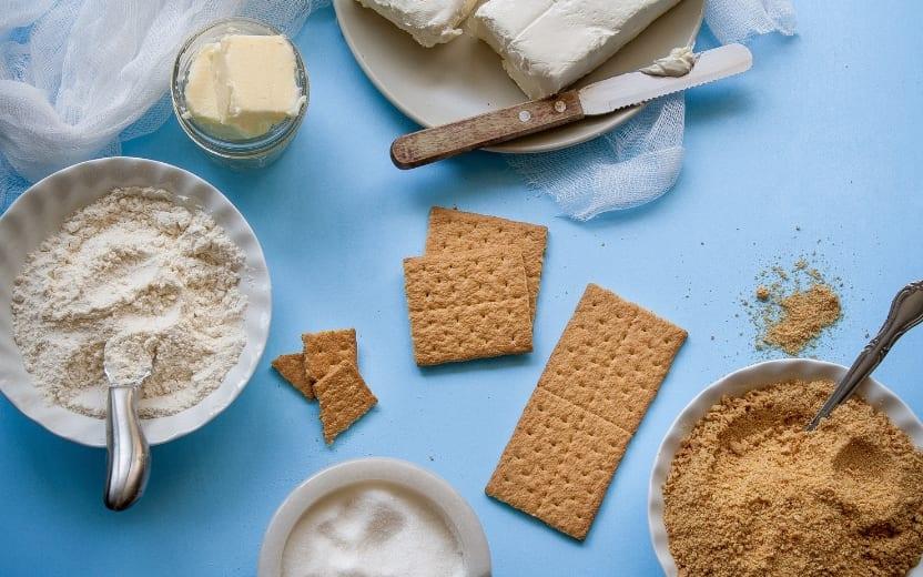 Mesa do café da manhã com manteiga, bolachas e farinhas para inserir o Carboidrato na dieta