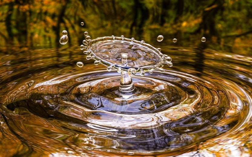 Respingo e ondulações de água. Hidratação da pele.