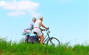 Exercícios físicos para idosos. Idosos andando de bicicleta