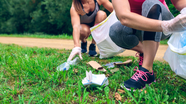 Descubra o plogging, técnica que ajuda o físico e o meio ambiente