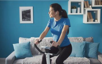 Pedalar em casa: veja 10 benefícios de praticar o spinning