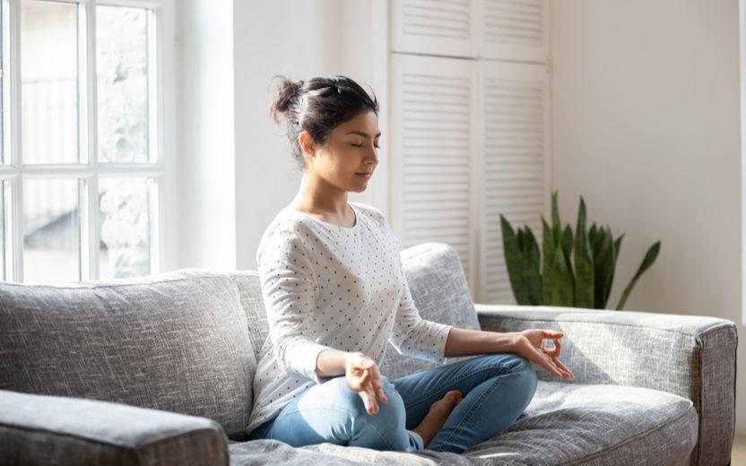 Melhore a saúde mental sem sair de casa com a prática do Yoga